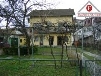 Kuća u Srpskoj Varoši na placu površine 631m2, pogodna za izgradnju stambeno-poslovnog objekta
